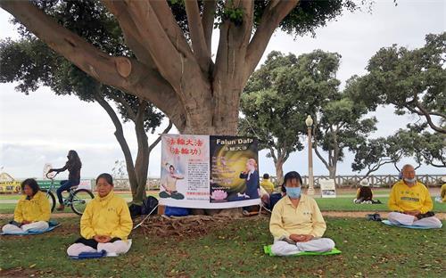'图1~2:二零二零年十月以来,洛杉矶法轮功学员每个周日都会来到世界旅游景点圣莫妮卡海滩集体炼功,告诉人们法轮功的美好。'