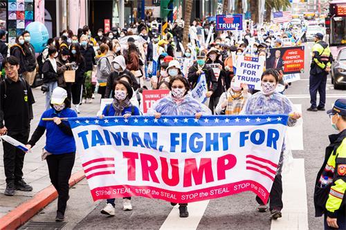 """图1~4:二零二零年十二月十九日近两千名台湾民众参加""""挺川灭共""""游行活动。"""