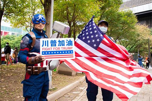 图9:打扮成美国队长的徐先生表示,全世界的人民都应该要为正义而战。
