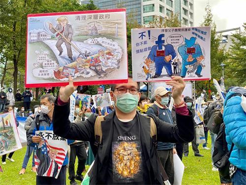 图13:高雄张先生带着自己翻译、打印的美国保守派画家漫画,特地上来台北支持川普、参与游行。