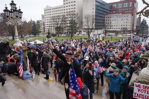 12月12日,密西根州民众冒雨集会、祈祷,反对舞弊,维护公民选举权益。