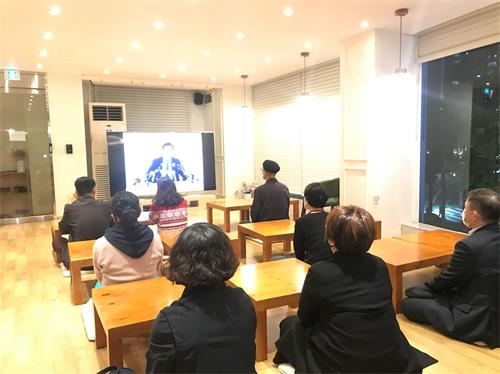 '图1:晚班:新学员观看师父广州讲法录像'