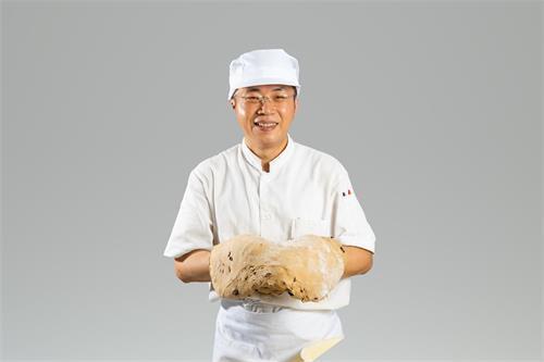 '图2:和面团打了三十多年的交道,朱博镛成为了独当一面的面点师傅'