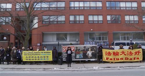 '图2~3:二零二零年二月二十日上午,多伦多法轮功学员聚集在中领馆前召开新闻发布会,要求释放被关押在河北省邢台市第一看守所的法轮功学员陈星伯。'