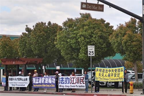 """'图5~10:集会后,大约中午十二点半,法轮功学员们在华人商家林立的山谷大道与戴尔玛大街(DelMarAve)交叉路口筑起""""真相长城""""。'"""