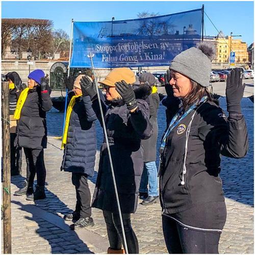 '图3:瑞典国会议员安索菲·阿尔梅(右一),她和法轮功学员一起抱轮(法轮功的第二套功法)'