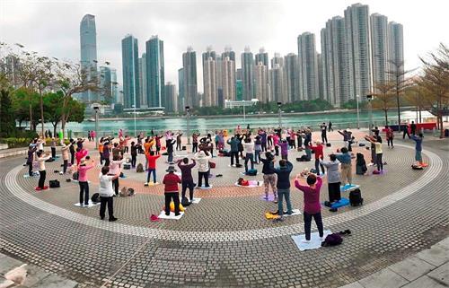'图1:香港法轮功学员在广场上集体炼功。'