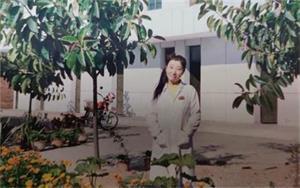 '在化验室上班时的谭海燕,修炼法轮功后的她幸福快乐。'