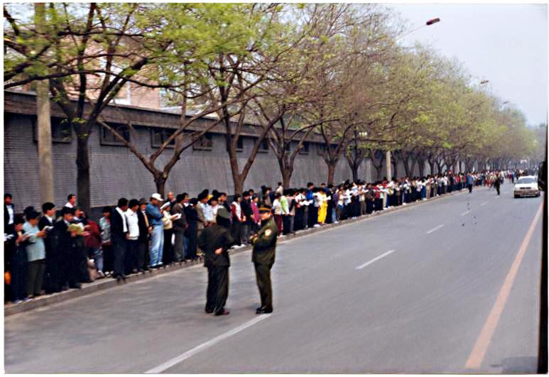 一九九九年四月二十五日,上万名中国大陆法轮功学员和平上访。