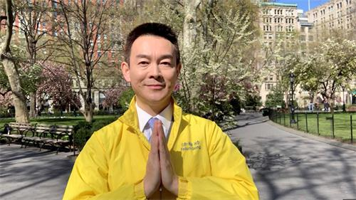 '图1:知名演员姜光宇回首22年的修炼之路,双手合十,感谢师父李洪志先生,感谢大法。(新世纪影视基地提供)'