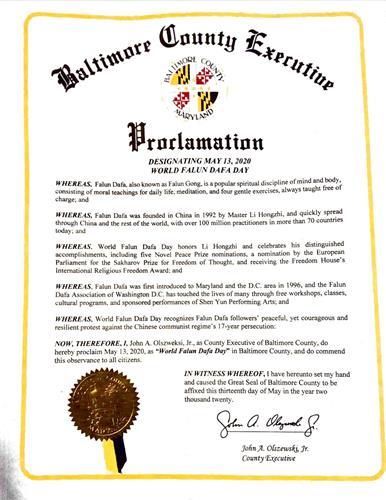 """'圖6:馬裏蘭州巴爾的摩郡郡長小約翰·奧爾瑟夫斯基宣布,將二零二零年五月十三日定為當地的""""法輪大法日""""。'"""