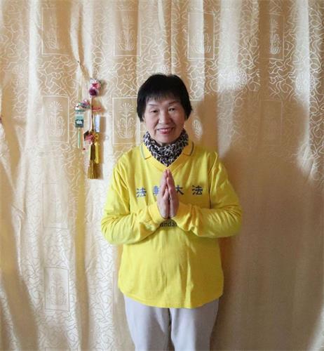 '图:今年八十岁的古辛女士恭贺师父生日快乐!感谢师父救度之恩!'