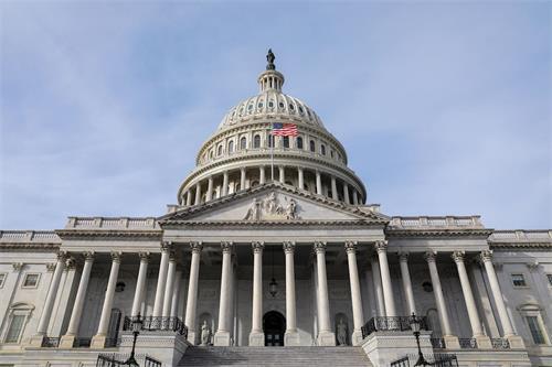 '图1:应美国国会众议员布莱恩·菲茨帕特里克(BrianFitzpatrick)的要求,五月十三日,二面美国国旗在美国国会大厦上空飘扬,以此向法轮大法创始人李洪志先生致敬。图为国旗在美国国会大厦飘扬。'