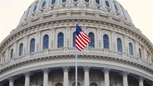 '图2:二零二零年五月十三日世界法轮大法日当天,美国国会大厦上空飘扬美国国旗,向法轮功创始人李洪志先生致敬。'
