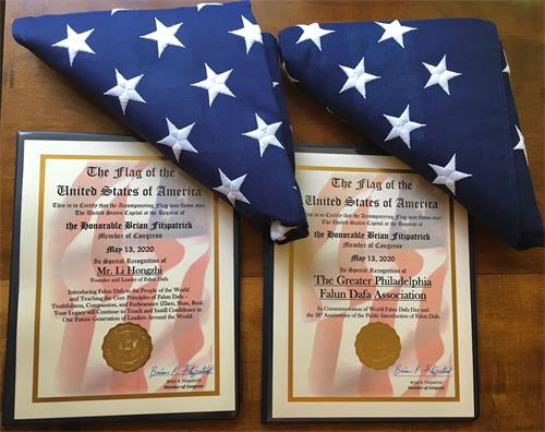 '图6:菲茨帕特里克议员办公室将513在美国国会大厦上空飘扬过的两面国旗和褒奖证书赠予大费城法轮大法学会。'