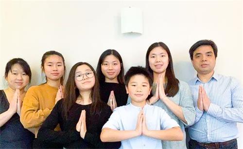 '图2:徐先生(左一)全家7口都在法轮大法中修炼。'