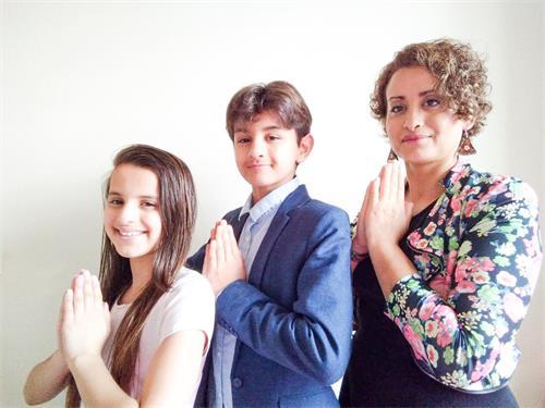 '图5:莱拉·哈奇米(LaïlaHachimi)带着13岁的儿子(Al-HassanChegdali-Hachimi)和12岁的女儿(ManelChegdali-Hachim)恭祝师尊快乐!'