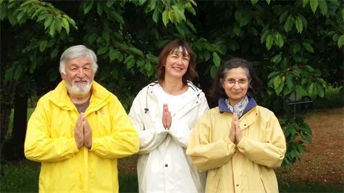 '图6:居住在法国勃艮第地区的三位法轮功学员恭祝师尊生日快乐!'