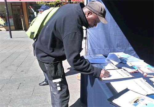 '图1~4:路人纷纷表达对法轮功的支持,签名呼吁制止迫害'