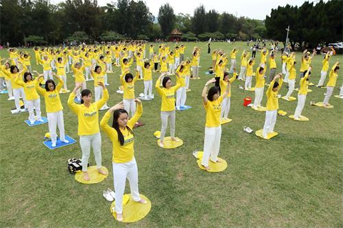 '图3:二零二零年五月二日,台湾南桃学员在龙潭石管局大草坪炼功洪法。'