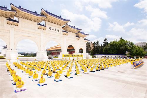 '图1~5:台北部份法轮功学员二零二零年五月九日齐聚自由广场炼功洪法,一同欢庆师尊华誔暨世界法轮大法日。'