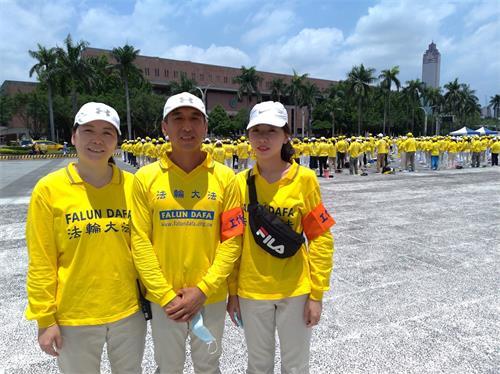 '图8:刘美芳(左)和先生(中)、女儿(右)一起走在返本归真的路上。'