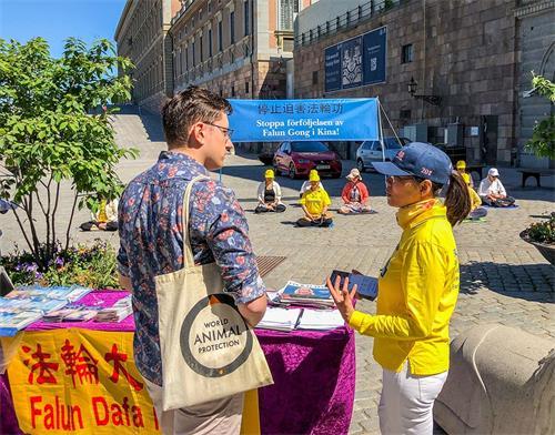 '图1:二零二零年六月十三日瑞典部份法轮功学员在斯德哥尔摩市中心国会大厦旁的钱币广场举办讲真相活动。'