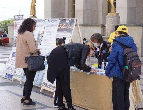 '图2:善良的人们签名支持法轮功学员反迫害'