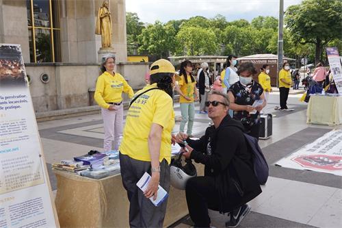 '图9:游人签名支持法轮功学员反迫害'