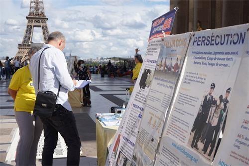 '图11:游客签名支持法轮功学员反迫害活动'