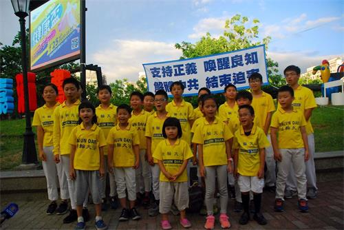 '图3:明慧班大法小弟子参加七二零弘法活动。'