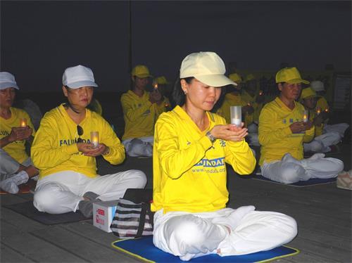 '图1~3:反迫害21周年之际,法轮功学员在台东海滨公园举行烛光悼念,呼唤正义良知。'