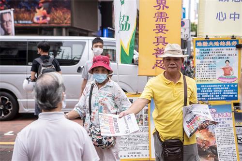 '图6~8:港版国安法通过后,香港法轮功学员坚持如一继续在各景点讲真相,让香港市民了解法轮功受迫害真相。'