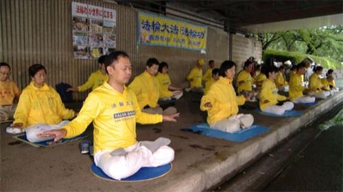 '图1~2:日本江户川区炼功点学员在集体炼功'