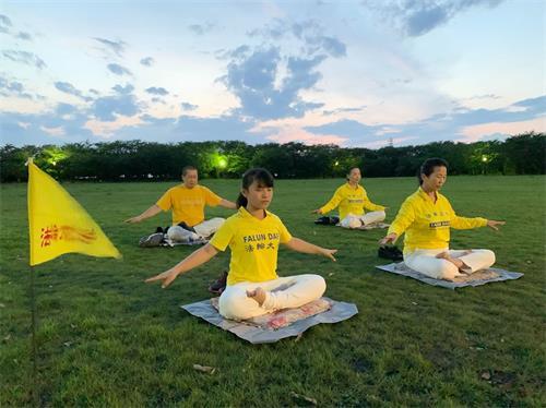 '图3:日本熊谷炼功点学员在集体炼功'