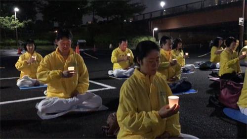 '图8~9:江户川区炼功点学员举行烛光守夜活动'