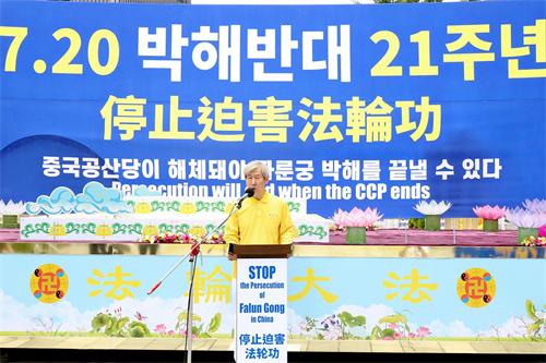 '图15:韩国法轮大法佛学会权洪大会长在活动中发表声明。'