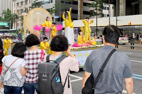 '图17~19:游行活动中,吸引来往行人拍照留念。'