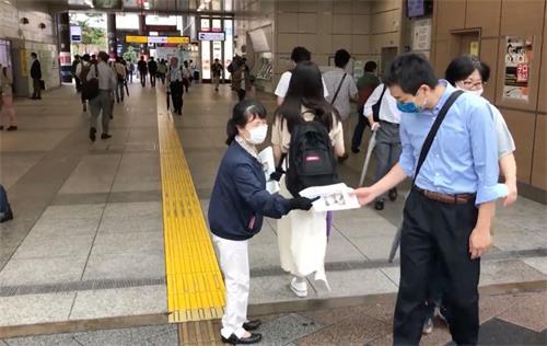 '图2:法轮功学员在东京秋叶原车站前派发法轮功真相资料'