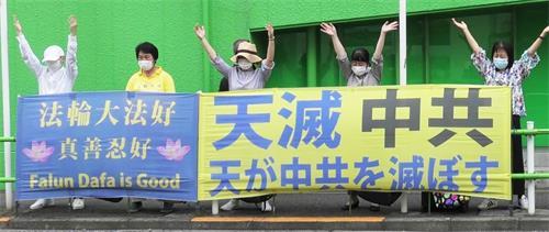 '图5:大使馆前街道不宽敞,法轮功学员轮流排班抗议,并炼功。'