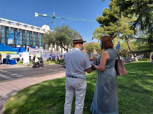 '图13:在使馆前反迫害签名的罗莎女士(右一)'