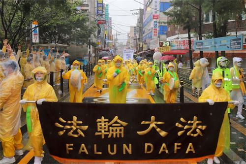 '图5~7:二零二零年八月九日,部份法轮功学员在韩国华人聚居地声援3.6亿中国人三退大游行。'