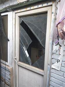'大门玻璃被砸碎'