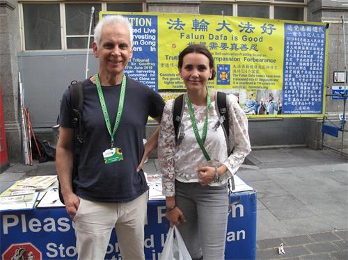 '图8:二零二零年八月十六日,英国女演员爱琳(EileenVonSkopnik)与朋友罗伯特(Robert)在伦敦唐人街赞赏支持法轮功反迫害'