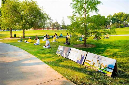 '图1~3:法轮功学员在佛利蒙中央公园伊丽莎白湖畔炼功'