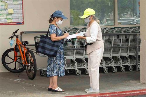 '图11~12:华人超市的顾客在拒绝中共的征签簿上签字'