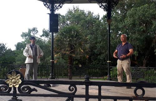 '图1:二零二零年八月二十二日清晨,法轮功学员鹤田缘(Yukari)与特雷弗(Trevor)在潘赞斯茂拉博花园(MorrabGardens)炼功'