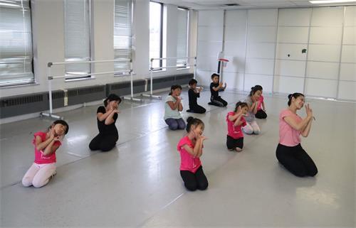 '图14:明慧学校的大法小弟子们在学上舞蹈课。'