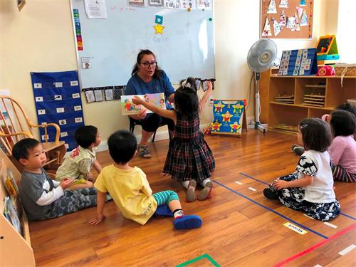 '图18:伊莎贝拉(Izabela)是在加拿大多伦多公立幼儿园做了20年工作的资深幼师,今年第一次在明慧学校教幼儿园的大法小弟子。'