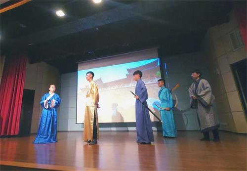 '图3:青年学子以戏剧演出传递良善的传统文化内涵。'